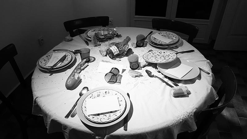 Table a manger dispose discussion familiale. Olenka Carrasco. La liste de prenoms.